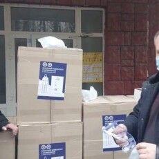 У вінницькі лікарні передали півтори тисячі захисних костюмів від Порошенка