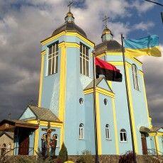 У райцентрі на Волині біля храму встановили прапор УПА