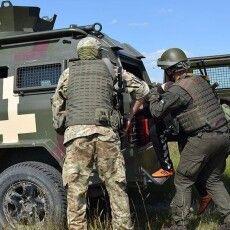 Кого озброєні луцькі прикордонники та нацгвардійці «пакували» в автозак (Фото)