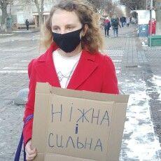 «Б'є – значить сяде!»: у Луцьку активістки вимагають справедливих вироків для кривдників жінок (Фото, відео)