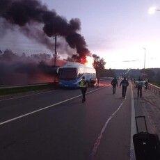 На Львівщині поліцейські зупинили автобус, який… горів (Фото)