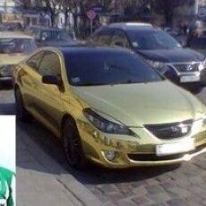Золотий автомобіль відомого футболіста промчав вулицями Рівного (Фото)