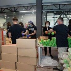 Конвеєр добра: 25 тисяч продуктових наборів зібрали у відкритому офісі «Європейської Солідарності»