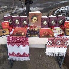 Луцький школяр приніс на шевченківське свято старовинного «Кобзаря», який передається з покоління в покоління