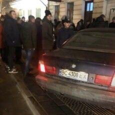 BMW протаранив зупинку громадського транспорту: «швидка» забрала травмовану дівчину