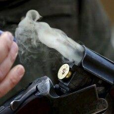 41-річний чоловік вистрілив у спину 19-річній дівчині, а потім застрелився сам