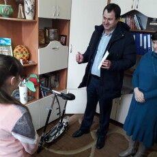 Голова громади на Волині прийшов до школи, щоб вручити подарунок доньці загиблого учасника АТО