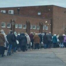 У Великій Британії чергу пенсіонерів за вакциною сприйняли за вечірку і викликали поліцію