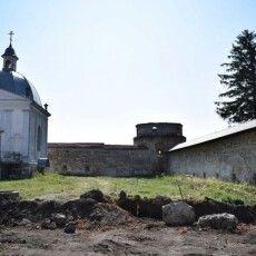 Під час реставрації монастиря в Підкамені знищено десятки поховань