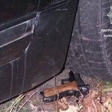 Патрульні заспокоювали на дорозі чоловіка зі зброєю (Фото)