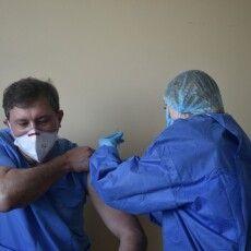 «Не скажу про чиновників, аотлікарю Яковенку явірю», – так говорять про волинського ескулапа, який вакцинувався першим в області