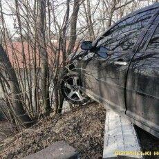 Злетіла з дороги: у Луцьку авто зависло над урвищем