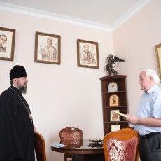 Волинянин подарував митрополиту Епіфанію книгу про храм рідного села
