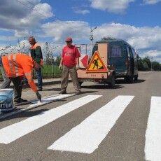 До нас їде Президент: у селі під Луцьком латають асфальт, малюють переходи і косять траву (Відео)