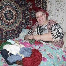 Волинська «тьотя Надя» сплела два мішки шкарпеток на передову