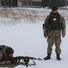 У Володимирі-Волинському резервісти відновлюють навички стрільби зі стрілецької зброї