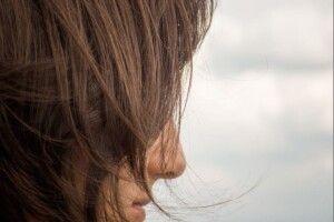 Сховайте сивину під каштановий відтінок: як правильно фарбувати волосся
