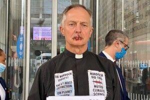 Священник взяв і... зашив собі рота (Відео)