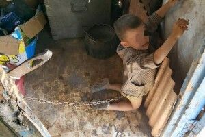 На Луганщині батько тримав шестирічного сина на ланцюзі (фото)