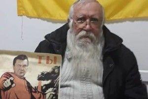 У Маріуполі впіймали 70-річного діда, який розклеював плакати з Януковичем-червоногвардійцем (фото + відео)