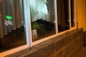 У Луцьку вночі  затримали неповнолітніх, які розбили вікна у медколеджі і «цікавились» банкоматом