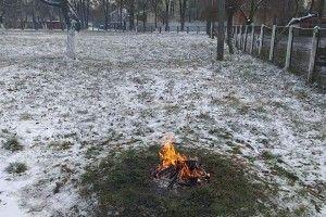 У Луцьку оштрафують сторожа дитячого садка, який грівся біля багаття (фото)