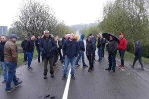 Біля Рівного протестують десятки людей