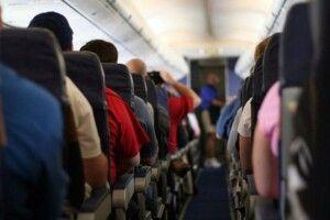 Пасажирка відчинила аварійні двері літака... для провітрювання
