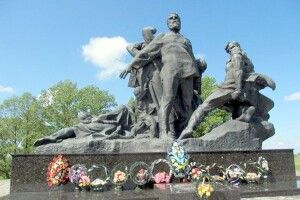 Величний пам'ятник жертвам Кортеліської трагедії привезли ізКиєва спеціальним поїздом, анавідкриття прибув сам Щербицький