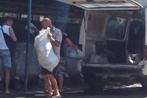 Луцькі муніципали застукали на гарячому чоловіка, який викидав будівельне сміття у не той смітник (Фото)
