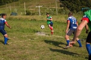 На Закарпатті вперше зіграли матч з карпатського футболу - на гірському схилі