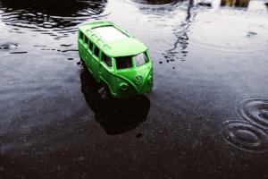 На Волині рибалки не помітили, що їхній автомобіль вирішив скупатися
