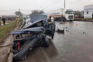 Карколомна ДТП: у Рівнму вирізали водія із автомобіля (Фото, відео)