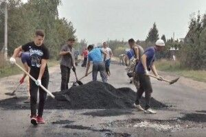 У Козлові Локачинського району за ремонт доріг селяни взялися самі