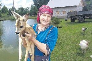 Волинські господарі: «Весною хтось застрелив козулю, але одне козеня ми виходили – і тепер для місцевої малечі у нас зоопарк» (Фото)