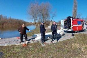 Рятувальники дістали зі Стиру скульптури Голованя, які викинули в річку вандали (Фото, Відео)