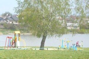 Нововолинські волонтери прибрали територію навколо озера