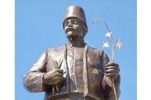 На Одещині, щоб не зносити пам'ятник, Леніна взули в онучі (Фото)