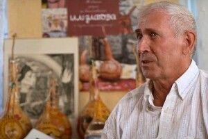 Чоловік розмальовує картунки-гарбузи (Відео)
