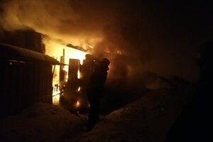 Могли згоріти всі прибудови: у волинському селищі вночі гасили пожежу (Фото, Відео)