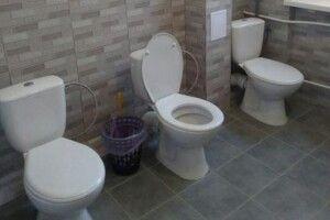 Порушують права дітей: у Рівненській школі відремонтували туалет для дівчат без перегородок