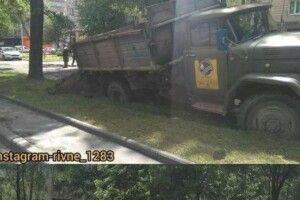 Посеред Рівного вантажівка провалилася в ґрунт