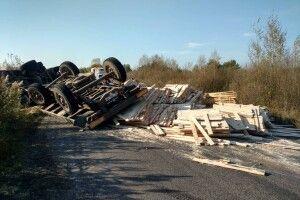 На Камінь-Каширщині перевернулась вантажівка з пиломатеріалами (Фото)