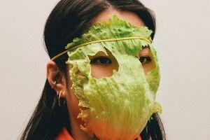 Лист капусти або кросівок... Намібійсько-німецький художник вигадав альтернативні маски проти коронавірусу