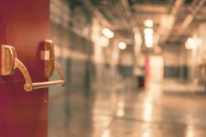 Не встигли довезти: на порозі міської лікарні Рівного помер чоловік з коронавірусом