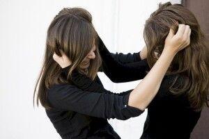 «Я б їй з ноги дав!»: бійка 13-річних школярок потрапила на відео