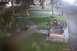У громаді під Луцьком просять впізнати хлопців, які пошкодили благоустрій (Відео)