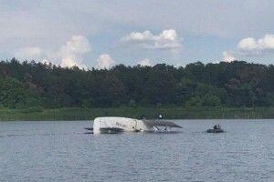 Літак «пірнув» в озеро у Києві (Відео)