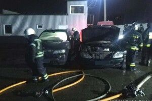 Поліція розслідує підпал двох автомобілів у Рівненському районі