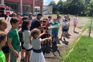 У Володимирі школярі влаштували живильний душ зеленому газону (фото)